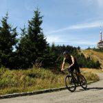 cyklisté cestou z Lysé hory